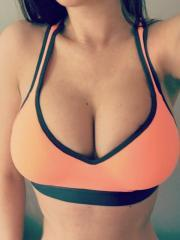 Katherine Knowles takes selfies in her hot workout gear