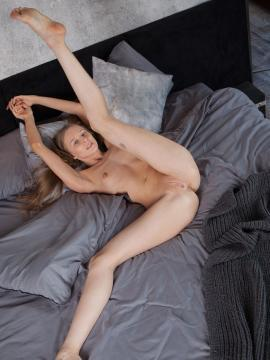 long-legs spreading-legs brunette nude