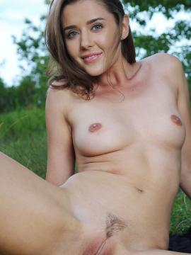 pussy brunette sybil-a