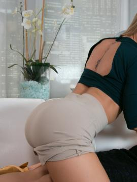 Carter Cruise and Nicole Aniston pleasure each other on the couch