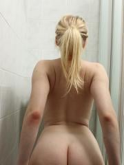 Bella Lei plays with her pussy in the bathroom