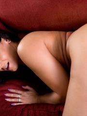 Brunette hottie Sheena Ryder puts out on the red couch