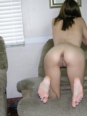 Amateur model Vicki gets nude and poses at home